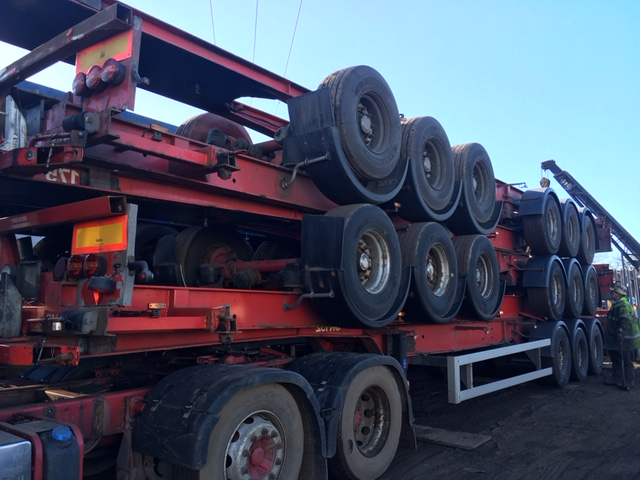 STACK OF 5 FIXED SKELETAL TRI AXLE 2006 STACK NO 895